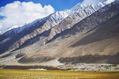Prati e catena montuosa Ladakh, India della neve Fotografia Stock Libera da Diritti