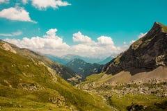 Prati e montagne con il cielo blu e verde molto intenso Fotografia Stock