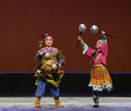 Pratia contra el martillo de plata--€œLittle Worriors de la ópera de Pekín del  del family†de Yeuh's Fotografía de archivo libre de regalías
