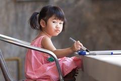 Pratica adorabile del bambino per la scrittura su vasto bianco prima di classe lear Immagine Stock Libera da Diritti
