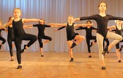Pratica dei ballerini prima della prestazione Fotografia Stock