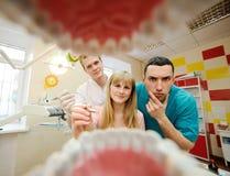 Pratica dei dentisti degli studenti in dentista Immagine Stock