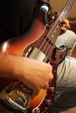 Pratica del giocatore di chitarra bassa Fotografia Stock