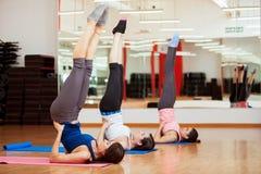 Pratica delle alcune pose di yoga Immagine Stock