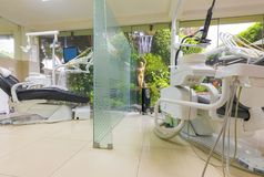 Pratica dentaria con la cascata fotografia stock libera da diritti