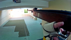 Pratica di obiettivo da un fucile ad aria compressa video d archivio