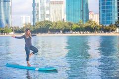 Pratica di yoga del SUP di alba nella posa dell'albero di Waikiki Immagine Stock Libera da Diritti