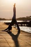 Pratica di yoga durante il tramonto Immagini Stock
