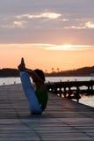 Pratica di yoga durante il tramonto Fotografia Stock Libera da Diritti
