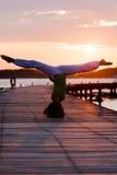 Pratica di yoga durante il tramonto Immagini Stock Libere da Diritti