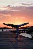 Pratica di yoga durante il tramonto Fotografie Stock Libere da Diritti