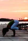 Pratica di yoga durante il tramonto Fotografia Stock