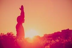 Pratica di yoga e di serenità al tramonto immagine stock