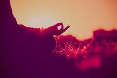 Pratica di yoga e di serenità al tramonto fotografia stock