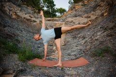 Pratica di yoga Uomo che fa esercizio d'allungamento laterale Fotografie Stock