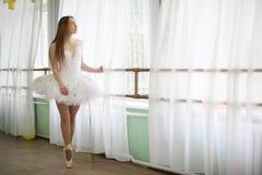 Pratica graziosa del ballerino di balletto della ragazza Fotografia Stock Libera da Diritti