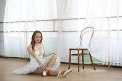 Pratica graziosa del ballerino di balletto della ragazza Immagine Stock