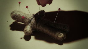 Pratica mistica della bambola di voodoo video d archivio