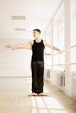 Pratica nella stanza di aerobics Immagini Stock