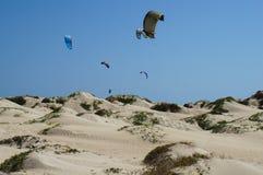 Praticando il surfing in Africa Immagini Stock Libere da Diritti