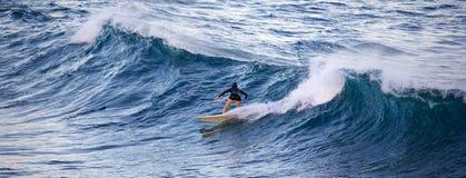 Praticando il surfing al okipa noioso del ` Fotografie Stock