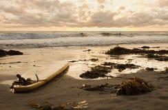 Praticando il surfing al tramonto Fotografie Stock