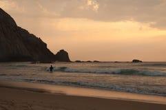Praticando il surfing al tramonto in spiaggia di Algarve Castelejo, il Portogallo Immagini Stock Libere da Diritti