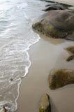 Praticando il surfing alla spiaggia immagini stock libere da diritti