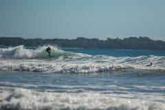 Praticando il surfing in Costa Rica Immagini Stock Libere da Diritti