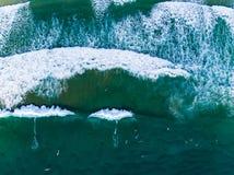 Praticando il surfing da sopra fotografia stock libera da diritti