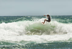 Praticando il surfing di estate Fotografia Stock