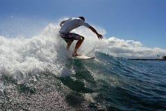 Praticando il surfing fuori dalla parte superiore immagini stock libere da diritti