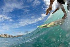 Praticando il surfing giù la riga Immagine Stock
