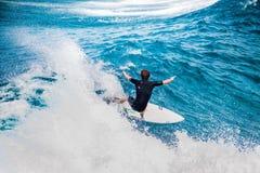 Praticando il surfing in Hawai Fotografie Stock Libere da Diritti