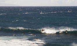 Praticando il surfing in Hawai Fotografie Stock