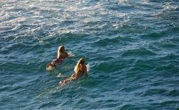 Praticando il surfing a Ho'okipa Immagini Stock Libere da Diritti