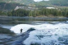 Praticando il surfing la marea a Skookumchuck Fotografia Stock Libera da Diritti