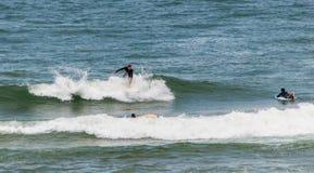 Praticando il surfing a Mundaka, la Spagna Immagine Stock Libera da Diritti