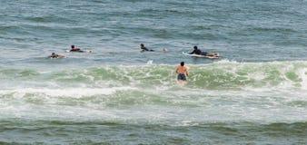 Praticando il surfing a Mundaka, la Spagna Immagini Stock Libere da Diritti