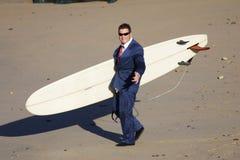 Praticando il surfing nel fumo immagine stock