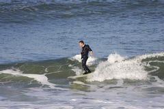 Praticando il surfing nel fumo immagini stock
