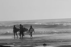 Praticando il surfing nel Portogallo Fotografia Stock