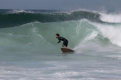 Praticando il surfing nel Portogallo Immagine Stock