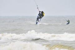 Praticando il surfing nell'aria. Immagini Stock