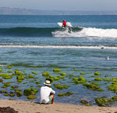 Praticando il surfing nell'oceano fotografia stock