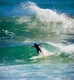 Praticando il surfing nell'oceano fotografia stock libera da diritti