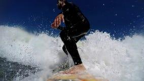 Praticando il surfing nelle onde video d archivio