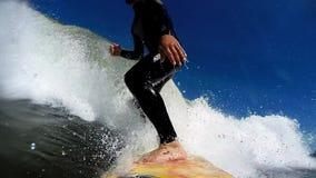 Praticando il surfing nelle onde stock footage
