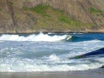 Praticando il surfing in spiaggia di Itacoatiara fotografia stock libera da diritti