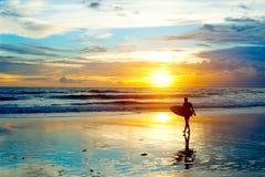 Praticando il surfing su Bali Immagini Stock